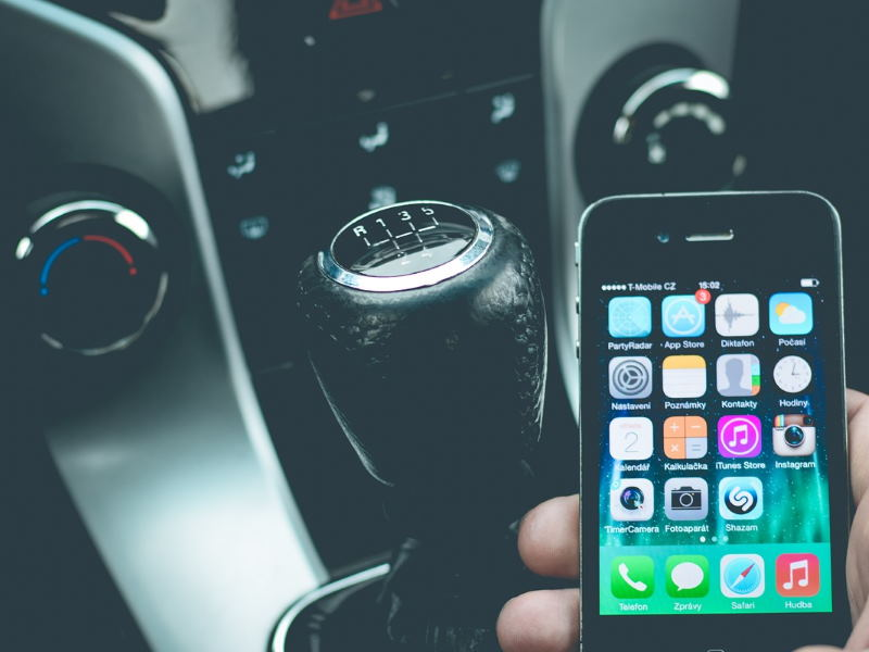 Ablenkung am Steuer beim Autofahren durch Smartphone Handy und Navi